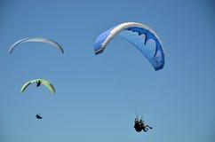 滑翔伞在飞行中在蓝天 图库摄影