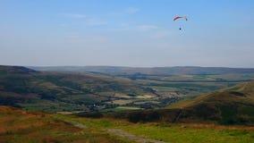 滑翔伞在高峰区,英国 图库摄影