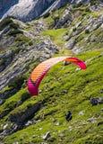 滑翔伞在巴伐利亚的阿尔卑斯 库存图片