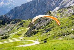 滑翔伞在巴伐利亚的阿尔卑斯 图库摄影