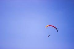 滑翔伞在Nidri港口 库存图片