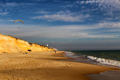 滑翔伞安大路西亚海滩 免版税库存照片