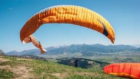 滑翔伞抓住与他的paraplane的风 图库摄影