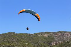 滑翔伞着陆在帕特拉海滩的一个特别区域在阿拉尼亚土耳其 免版税库存图片