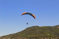 滑翔伞着陆在帕特拉海滩的一个特别区域在阿拉尼亚土耳其 免版税图库摄影