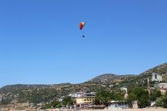 滑翔伞着陆在帕特拉海滩的一个特别区域在阿拉尼亚土耳其 免版税库存照片