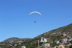滑翔伞着陆在帕特拉海滩的一个特别区域在阿拉尼亚土耳其 库存照片