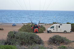 滑翔伞着陆 免版税库存照片
