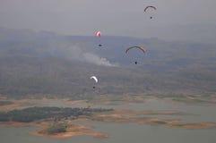 滑翔伞竞争在印度尼西亚 图库摄影