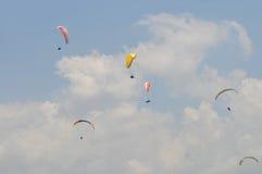 滑翔伞竞争在印度尼西亚 免版税图库摄影