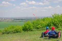 滑翔伞等待正确的风开始他的飞行 看下面美丽的谷与云彩和薄雾 库存图片