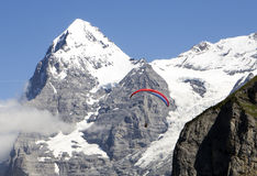 滑翔伞艾格峰 库存图片