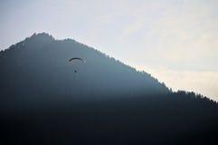 滑翔伞通过小山 库存图片
