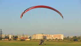 滑翔伞降低在地面,夏天 影视素材