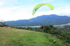 滑翔伞飞行在台东鹿野Gaotai 免版税库存图片