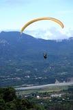 滑翔伞飞行在台东鹿野Gaotai 库存照片
