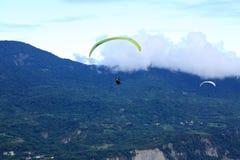 滑翔伞飞行在台东鹿野Gaotai 图库摄影