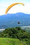 滑翔伞飞行在台东鹿野Gaotai 免版税图库摄影