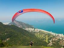 滑翔伞飞行在里约热内卢 免版税库存照片