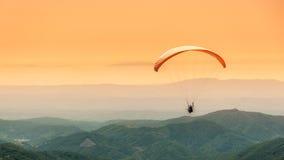 滑翔伞飞行 库存照片