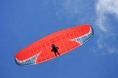 滑翔伞飞行 免版税库存图片