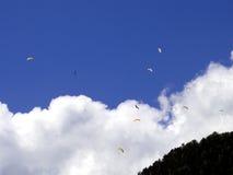 滑翔伞,在山的降伞 免版税库存照片