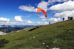 滑翔伞, Hallstatter在山Hoher Krippenstein,萨尔茨卡默古特,萨尔茨堡,奥地利附近看见,风景 图库摄影