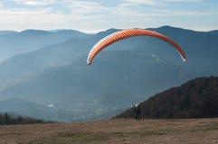 滑翔伞从Treh跑道离开 库存图片