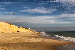 滑翔伞Matalascanas海滩安大路西亚 免版税图库摄影