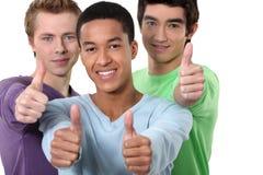 给翘拇指的男性朋友 免版税库存图片
