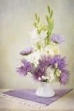 翠菊和剑兰花束 免版税库存照片