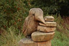 翠鸟木雕塑 免版税库存图片