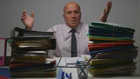 翻倒商人打手势紧张在会计办公室 图库摄影