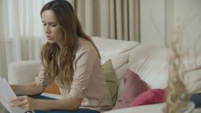 翻倒妇女在家与商业文件一起使用 被注重的人有问题 股票录像
