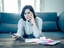 翻倒年轻女人强调说关于信用卡债务和付款不愉快的认为的财务 库存照片