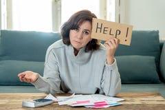 翻倒年轻女人请求在付帐抵押家或企业财务问题的帮忙 库存照片