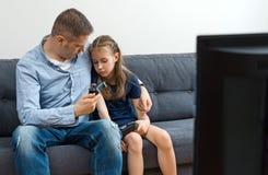 翻倒父亲和女儿 免版税库存照片