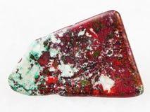 翻滚的红色赤铜矿和绿色Chrysocolla宝石 库存照片