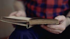 翻转一本旧书的页的起皱纹的男性手看法  4K 股票录像