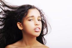 翻转她的头发的一个小女孩隔绝在白色 免版税库存照片