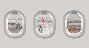 翼和水看法从飞机窗口下降 图库摄影
