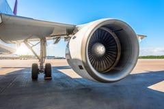 翼和航空器的大引擎的看法在停车场的在机场,平台在一个晴天 库存照片