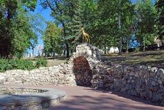 """翼果â€的标志""""一只山羊在洞穴的Strukovsky庭院里 翼果 免版税库存照片"""