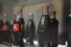 翼果俄罗斯04 30 2019年:玻璃瓶在陈列室后的可口可乐 可口可乐博物馆 免版税图库摄影