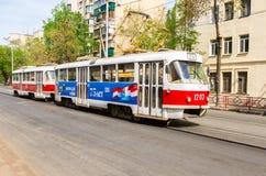 翼果公共交通工具 电车在城市街道上运行在夏天 库存图片