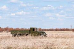 2018-04-30翼果地区,俄罗斯 战士运输的苏联军用机器  重建  免版税库存照片
