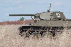 2018-04-30翼果地区,俄罗斯 34模型苏维埃t坦克 在战场 敌意的重建在1945年4月 库存图片
