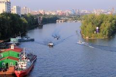 翼果,俄罗斯, 2014年8月15日:船 在r的船浮游物 图库摄影