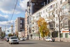 翼果,俄罗斯- 2016年10月12日:下降向沿Vilonovskaya街的伏尔加河 免版税库存照片