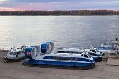 翼果,俄罗斯- 2016年10月12日:在老伏尔加河驻地的乘客气垫船`海王星4 `在翼果城市 免版税图库摄影
